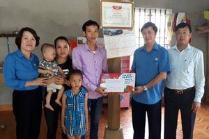 LĐLĐ tỉnh Bắc Giang: Trao tiền hỗ trợ cho con công nhân lao động bị bệnh tim bẩm sinh