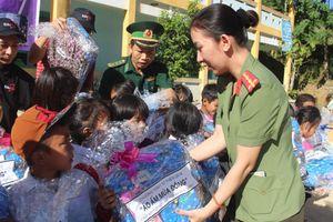 'Mùa đông ấm áp' đến với các em học sinh biên giới