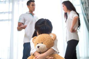 Nỗi buồn của con trong cuộc chiến bố mẹ