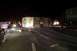 Xe khách Hoàng Long bị lật trên cao tốc do tránh xe khác