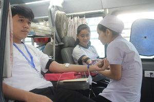 Gần 1.000 bạn trẻ tham gia hiến máu cứu người