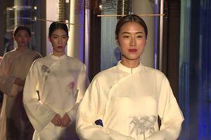 Á hậu Thúy Vân làm vedette ấn tượng với trang phục từ tuồng cổ