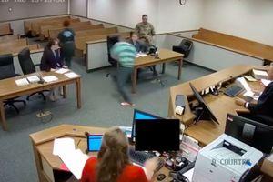 Hai bị cáo chạy khỏi phiên tòa, thẩm phán truy đuổi như phim