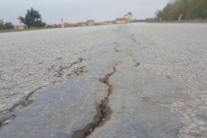 Xuất hiện 2 vết nứt trên đê tả sông Hồng tại Hưng Yên