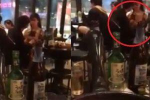 CLIP: Chàng trai hồn nhiên cởi áo bạn gái rồi âu yếm ngay trong quán ăn