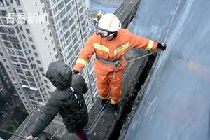 Clip: Bé trai 8 tuổi định nhảy từ tầng 33 xuống đất vì không muốn đi học