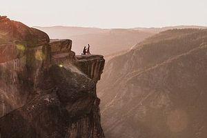 Cầu hôn trên vách đá cao hơn 2.000m, cặp đôi rơi xuống vực chết thảm