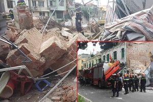Tường nhà cạnh hồ Gươm bất ngờ đổ sập khiến nhiều người hoảng hồn