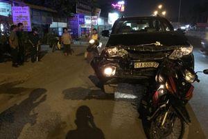 'Xế hộp' tông hàng loạt xe máy, nhiều người bị thương