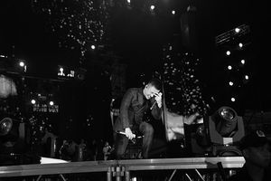 Tuấn Hưng nức nở, quỳ gối trước hàng nghìn người tại show 'Cảm ơn'