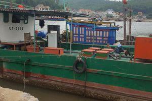 Tàu dầu không phép ngang nhiên hoạt động trên cảng cá Lạch Quèn
