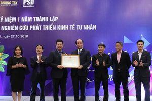 Bộ trưởng Mai Tiến Dũng trao tặng bằng khen cho Ban Nghiên cứu phát triển kinh tế tư nhân