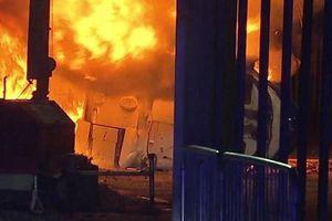 Trực thăng của tỉ phú Thái Lan bốc cháy ngùn ngụt ngoài sân vận động Anh
