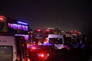 Xe tải lật trên cao tốc Nội Bài - Lào Cai gây tắc đường gần 20km