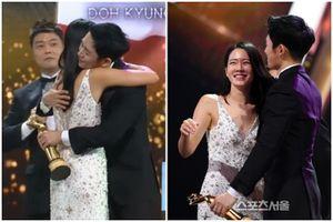 Son Ye Jin - Jung Hae In ôm nhau thắm thiết trên sân khấu