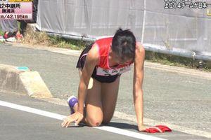 Bị gãy chân, nữ sinh Nhật vẫn kiên cường bò hết đường đua