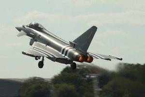 Thực hư Anh điều loạt chiến đấu cơ 'bắt nạt' siêu oanh tạc cơ Tu-160 của Nga?