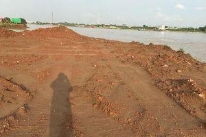 Bãi sông bị 'rút ruột' được 'hoàn thổ' bằng rác 'lậu': Chính quyền 'im hơi lặng tiếng' để bãi bồi tiếp tục bị đào xới