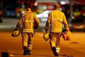Nhân chứng kể lại khoảnh khắc vị cảnh sát dũng cảm lao vào đám cháy, cố gắng phá cửa để cứu nạn nhân thảm kịch trực thăng rơi