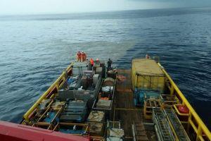 Tìm thấy vết dầu loang, nhiều ví và điện thoại ở nơi máy bay Indonesia lao xuống biển