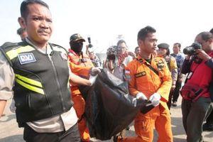 Máy bay Indonesia lao xuống biển: Vớt thêm hàng chục thi thể nạn nhân