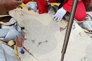 Hiện trường rơi máy bay Indonesia, mảnh vỡ vương vãi trên mặt biển
