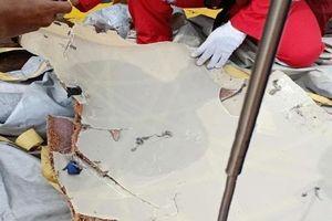 Mảnh vỡ, tư trang hành khách tại hiện trường máy bay Indonesia chở 189 người rơi xuống biển