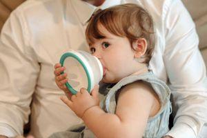 Ông bố sáng chế chiếc bình thông minh 'biết' tự hâm nóng sữa