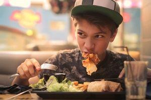 Thói quen ăn quá nhanh sẽ khiến bạn phải đối mặt với nhiều vấn đề về sức khỏe