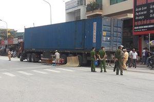 Hà Tĩnh: Một cụ ông bị container kéo lê hàng chục mét, tử vong tại chỗ