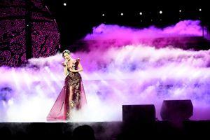 Lệ Quyên xinh đẹp, và biến hóa không ngừng chinh phục 4000 khán giả Hà Nội