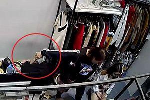 'Nữ tặc' nhanh tay trộm ví tại cửa hàng thời trang chỉ trong tích tắc
