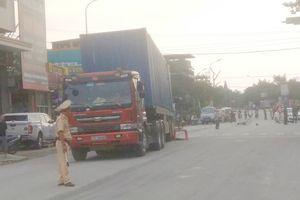 Cụ ông đi xe đạp bị container tông chết, kéo lê hàng chục mét ở Hà Tĩnh