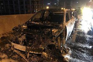Hà Nội: Xe ôtô bốc cháy dữ dội trên đường vành đai 3