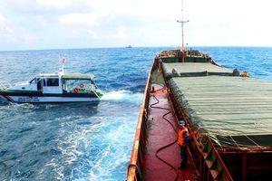 Tạm giữ tàu hàng vận chuyển gần 3.000 tấn than trái phép