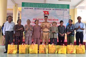 Tuổi trẻ CATP Đà Nẵng tặng quà cho người nghèo