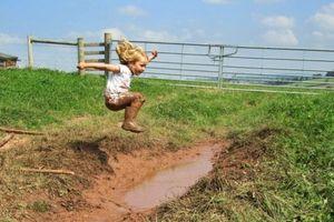 Trưởng thành từ trò chơi với… bùn