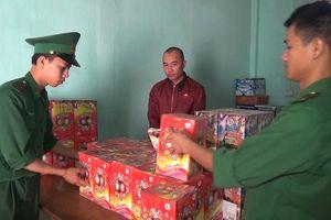 Bắt đối tượng đi xe không biển số, mua pháo hoa từ Lào về tiêu thụ