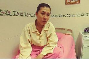 Ca sĩ bolero Ivy Trần livestream chia sẻ về sự cố 'nổ túi ngực'
