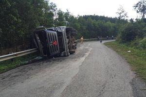 Quảng Trị: Lật xe ô tô chở dăm gỗ, tài xế may mắn thoát chết