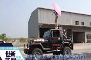 Đang múa cột trên nóc xe jeep, vũ nữ rơi thẳng xuống đường khi gặp va chạm