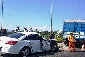 Xe con đâm vào đuôi xe tải trên cao tốc khiến 2 người bị thương nặng