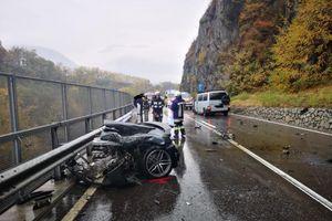 Siêu xe Audi R8 đứt đôi sau cú va chạm với xe van Volkswagen