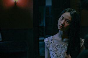 Ám ảnh với cảnh Jun Vũ bất động như một bóng ma trong 'Người bất tử'