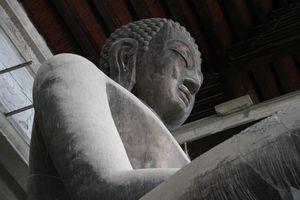Tượng phật nặng 200 tấn mạ đồng đen trong ngôi chùa sở hữu thiên thạch Mặt Trăng