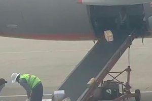 Nhân viên Jetstar Pacific quăng hàng hóa khách ở sân bay Tân Sơn Nhất