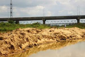 Lén lút khai thác cát trên sông Thu Bồn