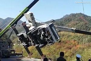 Xe cẩu lật nghiêng xuống sườn đồi, tài xế nhanh chân lao ra ngoài như tên bay