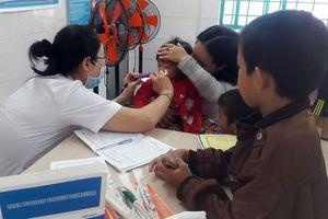Khám dinh dưỡng và tặng sữa cho trẻ nhập cư
