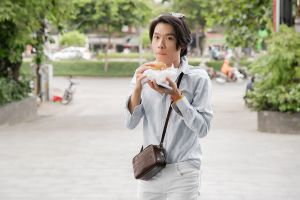Quang Trung gặm bánh mì đi nhận nút bạc YouTube